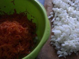 тёртая морковь и нарезанный лук