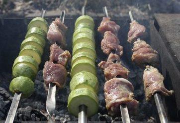 кабачки с мясом нарезанные на шампурах над углями