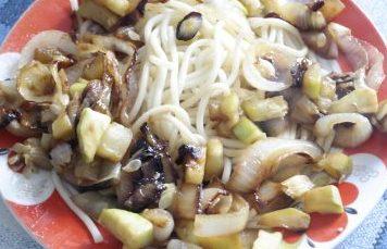 жаренные кабачки с луком и макаронами